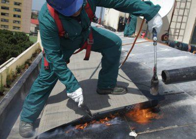 Techniker während der Installation der Schutzschicht